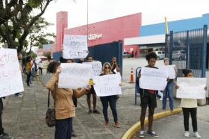 Manifestação pede boicote a supermercado Extra em Curitiba