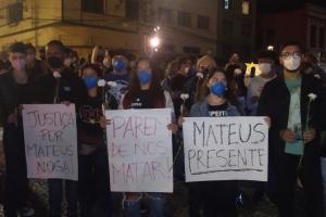 Com flores brancas e cartazes, amigos de jovem morto em ação da Guarda fazem ato em Curitiba. Veja o vídeo