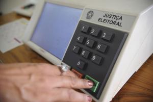Eleitor que estava fora do país no dia da eleição pode justificar ausência pela internet