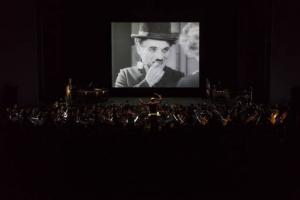Orquestra Sinfônica do Paraná apresenta Charles Chaplin em concerto ao vivo
