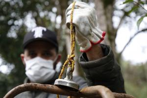 Morador da Grande Curitiba investe na pesca magnética para ajudar rios