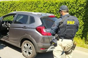 PRF recupera carro roubado em Curitiba que estava indo para o desmanche