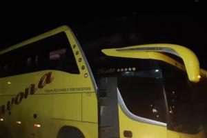 Jovem de 21 anos leva tiro durante assalto a ônibus de turismo na Rodovia do Xisto