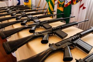 Paraná recebe 100 fuzis do Exército para uso na fronteira e equipes especiais da PM