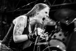 Vocalista pioneira de gutural participa de documentário sobre heavy metal em Curitiba