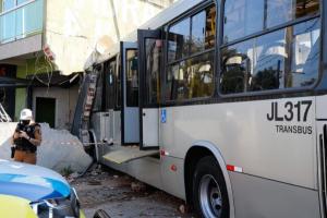 Ônibus que 'invadiu' casa em Curitiba é retirado do local dois dias depois