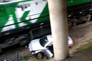 Homem compra carro, cai de viaduto e é atingido por trem no Paraná