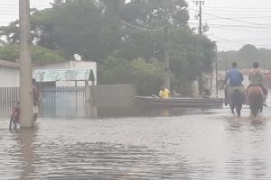 Chuva alaga casas em Guaratuba, no Litoral do Paraná. Veja vídeo de resgate