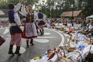Descendentes de poloneses lotam o Bosque do Papa para celebrar a Páscoa