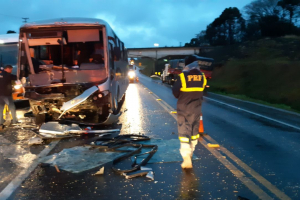 Acidente entre ônibus e carreta deixa dois feridos na Lapa