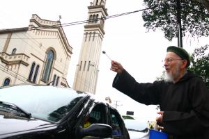 Capuchinhos fazem a tradicional bênção dos carros nas Mercês. Veja como chegar