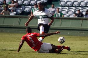 Rodrigão marca, mas Coritiba leva gol no fim e cede empate ao Rio Branco