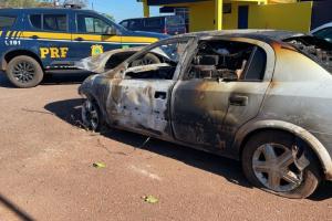 Em perseguição 'de cinema', motorista com cigarro ilegal bate e carro pega fogo no Paraná