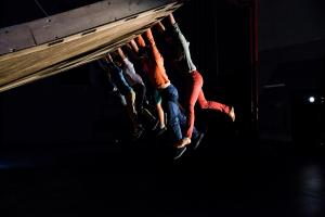 Abertura do Festival de Curitiba terá  espetáculo 'Aquele que Cai' ('Celui qui Tombe')