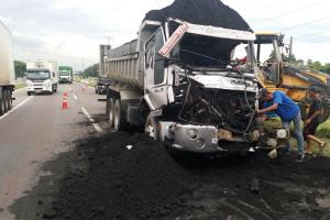 Motorista fica preso na ferragens em acidente entre caminhões no Contorno Sul