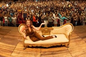 Sexóloga fenômeno no Youtube, Cátia Damasceno apresenta espetáculo em Curitiba