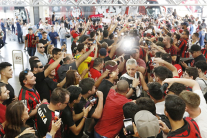 VÍDEO: Torcida do Athletico faz festa no aeroporto antes do embarque para a final