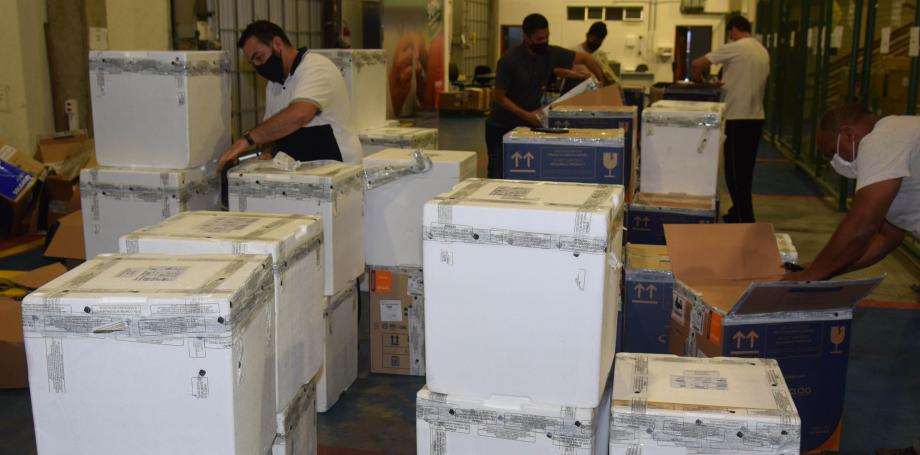 Paraná recebe mais 348.660 vacinas contra a Covid-19, mas espera definição se são para primeira dose ou segunda