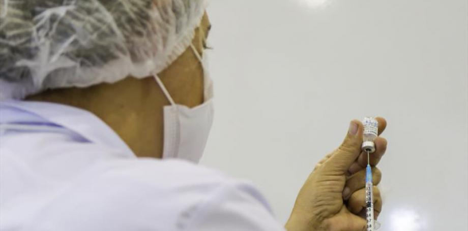 Curitiba vacina os de 53 ou mais nesta sexta e inicia com professores na segunda-feira