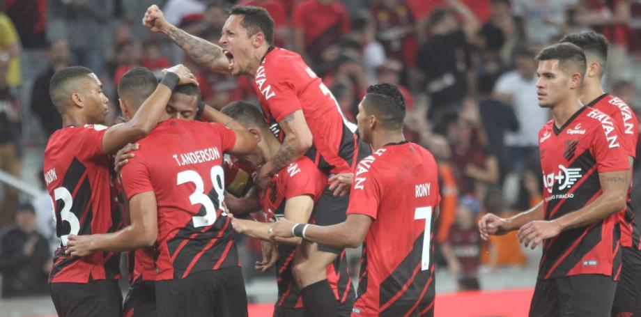 Na estreia de Adriano, Athletico vence o xará de Minas e encerra tabu na Arena