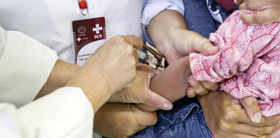 No Dia D, Curitiba vacina 1.192 crianças contra o sarampo; imunização segue nos postos de saúde
