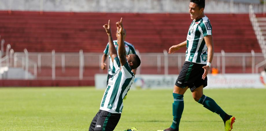 Coritiba estreia em 2019 com gol de goleiro, brilho dos 'piás' e goleada contra o Foz