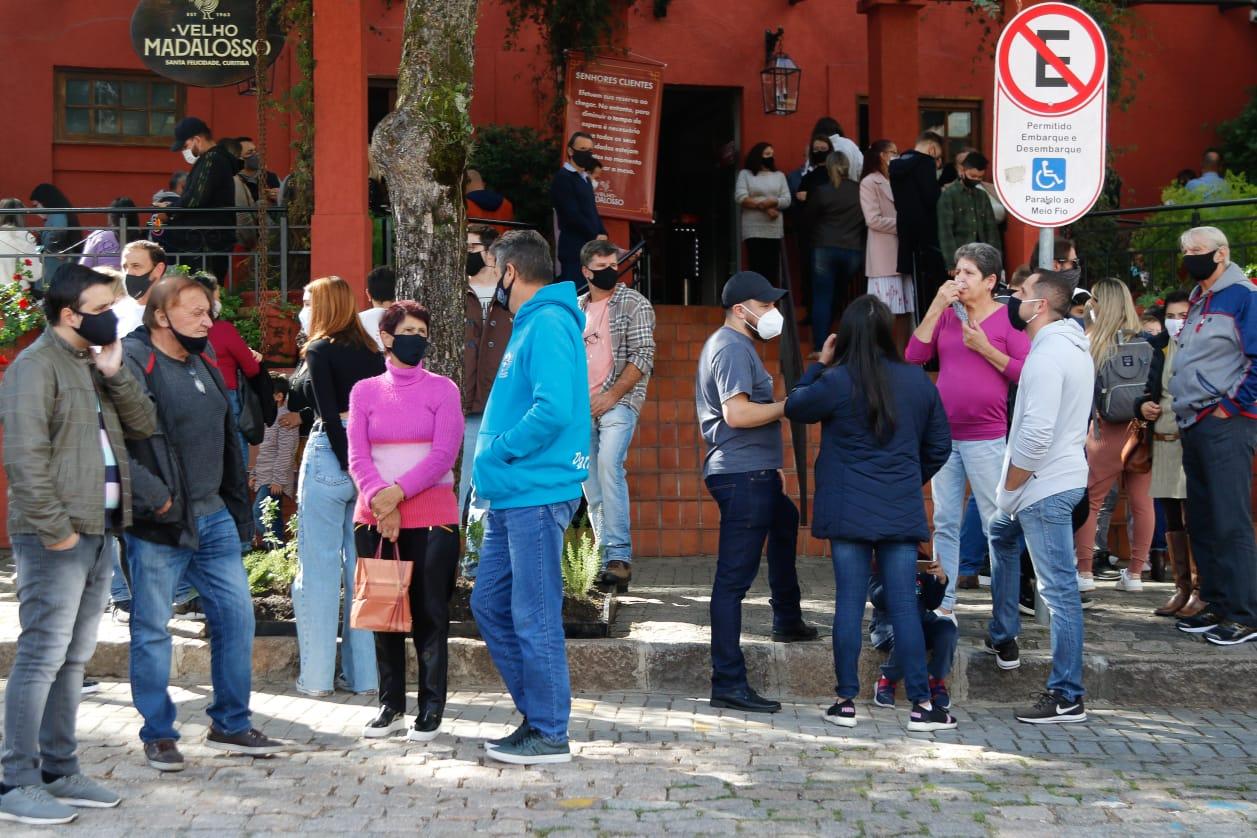 Mesmo com Covid em alta, Curitiba registra fila de carros e aglomeração de pessoas no Dia das Mães