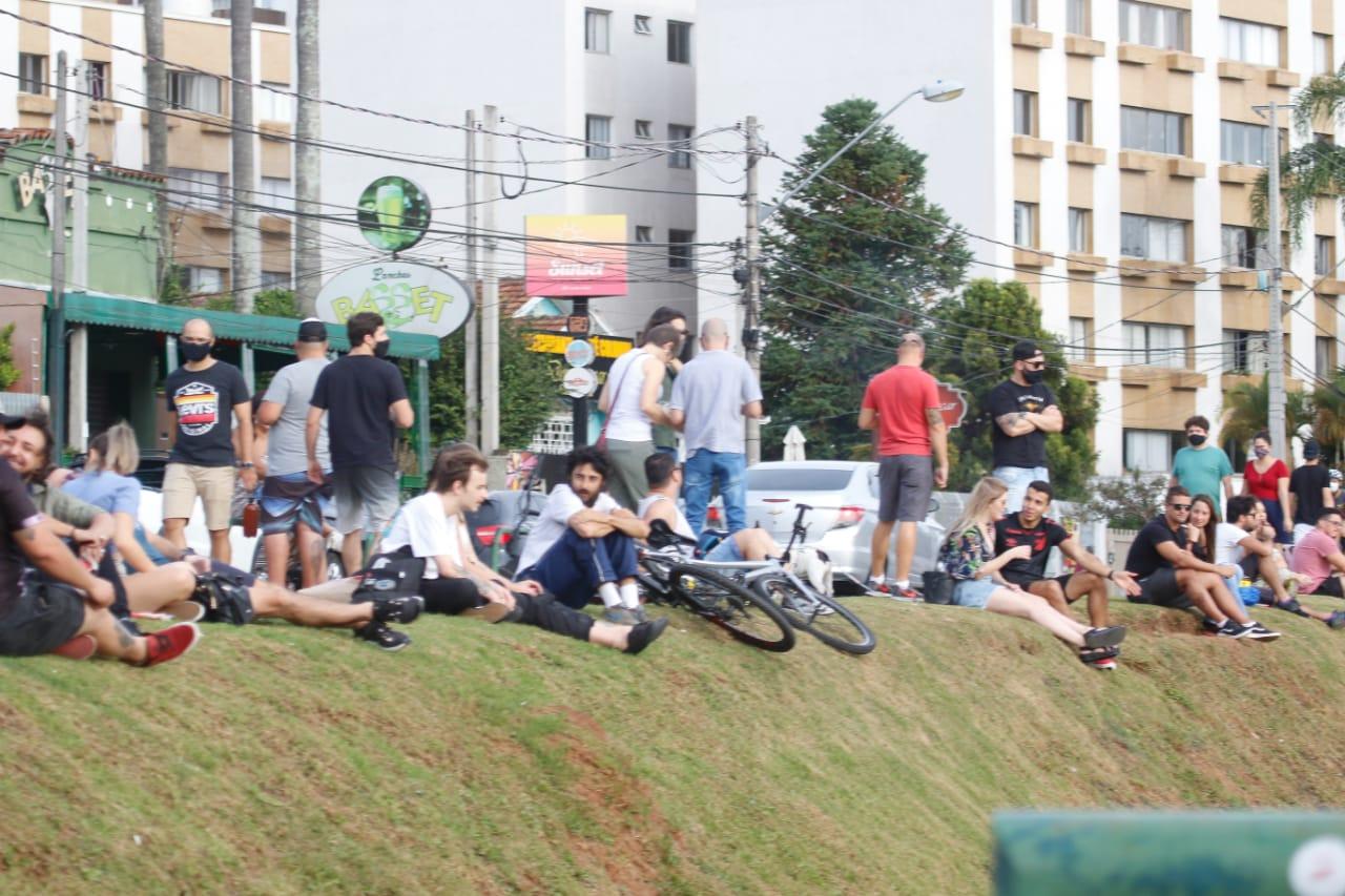 Sol e calor fazem curitibano esquecer pandemia e lotar parques e praças
