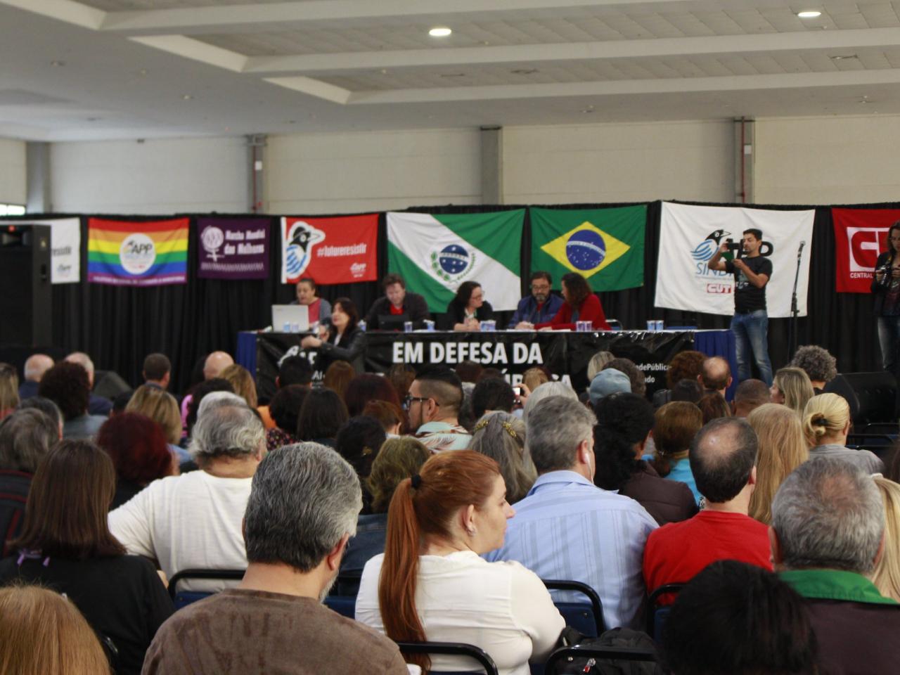 Professores e funcionários das escolas estaduais aprovam greve a partir do dia 25
