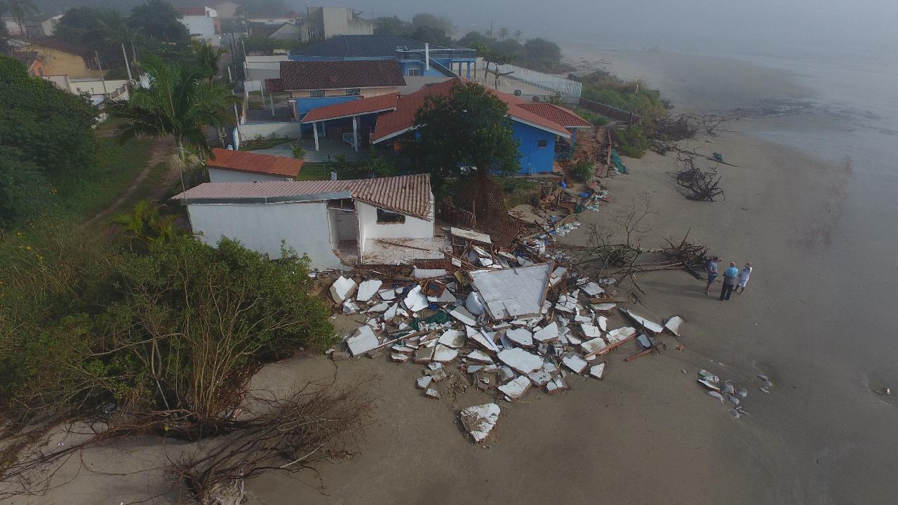 Ressaca deixa estragos e interdita casa em Guaratuba