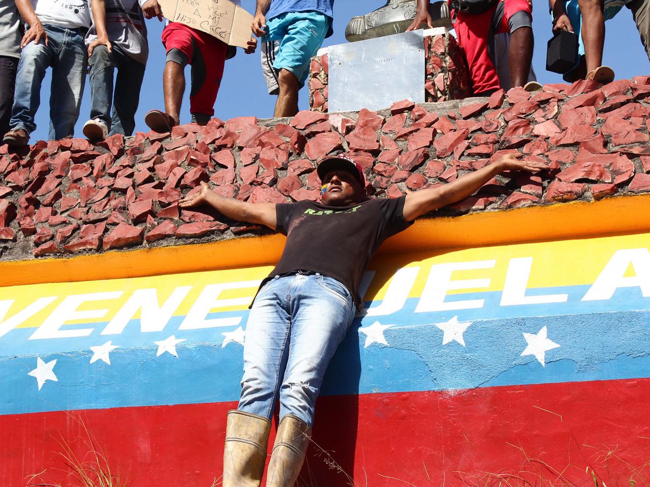 Governo brasileiro informa que dois caminhões com ajuda humanitária entraram na Venezuela