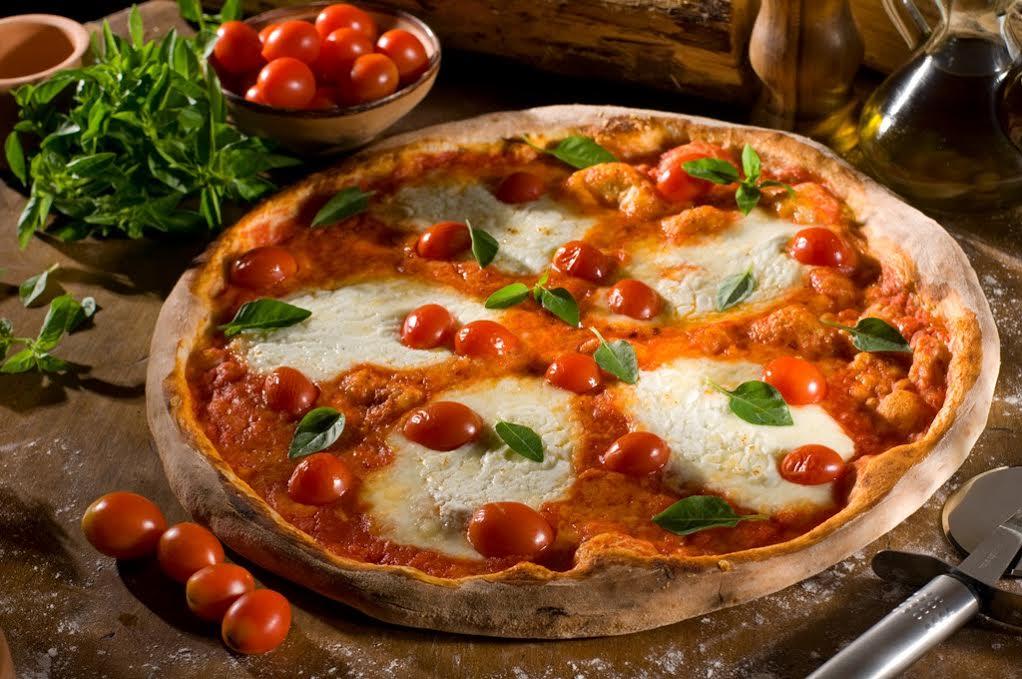 9b8414713a0 Margherita D.O.C.  pizza que leva porção extra de molho de tomates  italianos